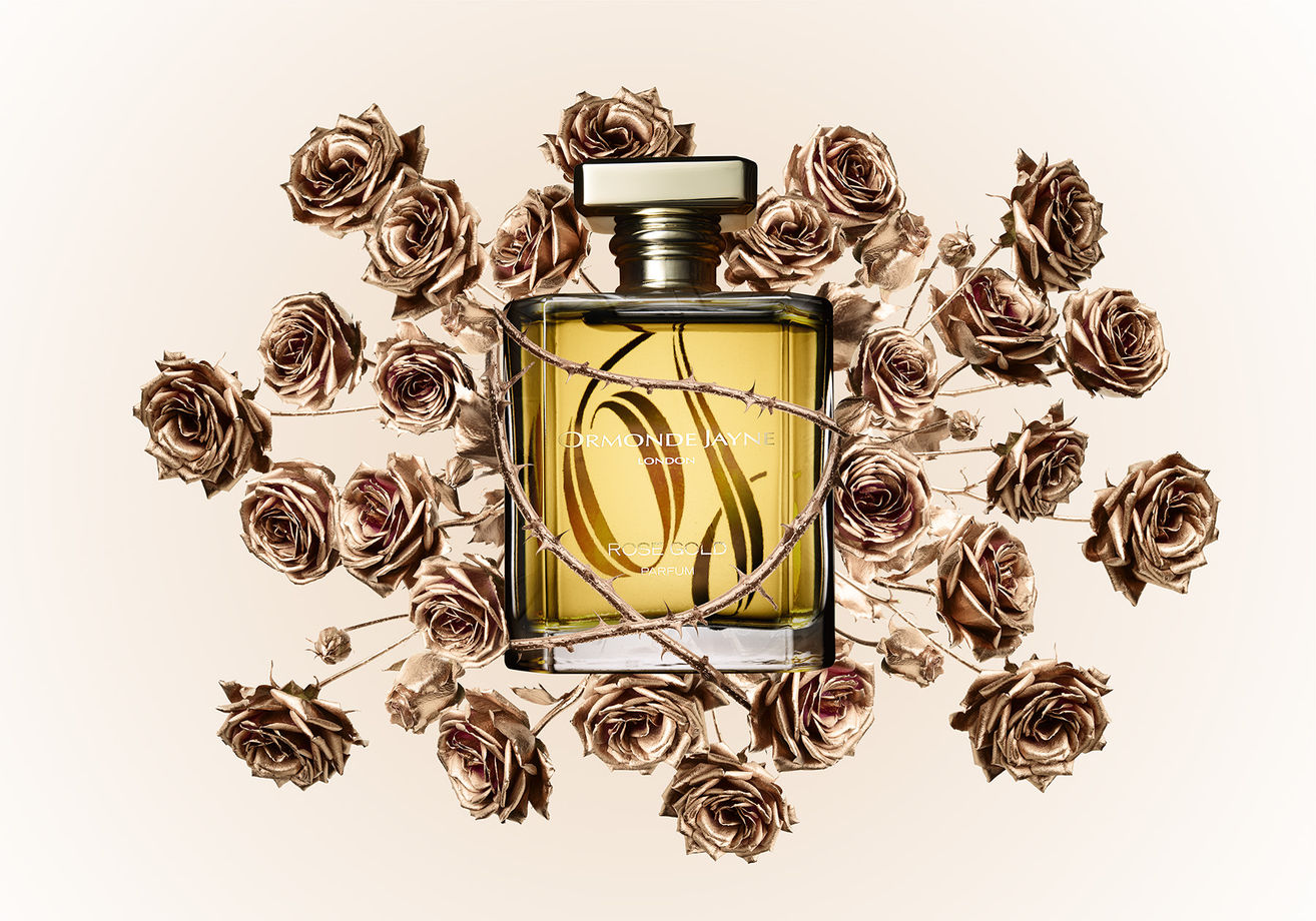 6c59ce289 القوة في تكوين عطر Rose Gold تكمن في اتحاد الورد الطائفي، و القرنفل مع  الأمبريت ، مؤطرة في مزيج خشبي من العود وخشب الصندل، و هذا ما يعطي شخصية  مميزه للعطر.