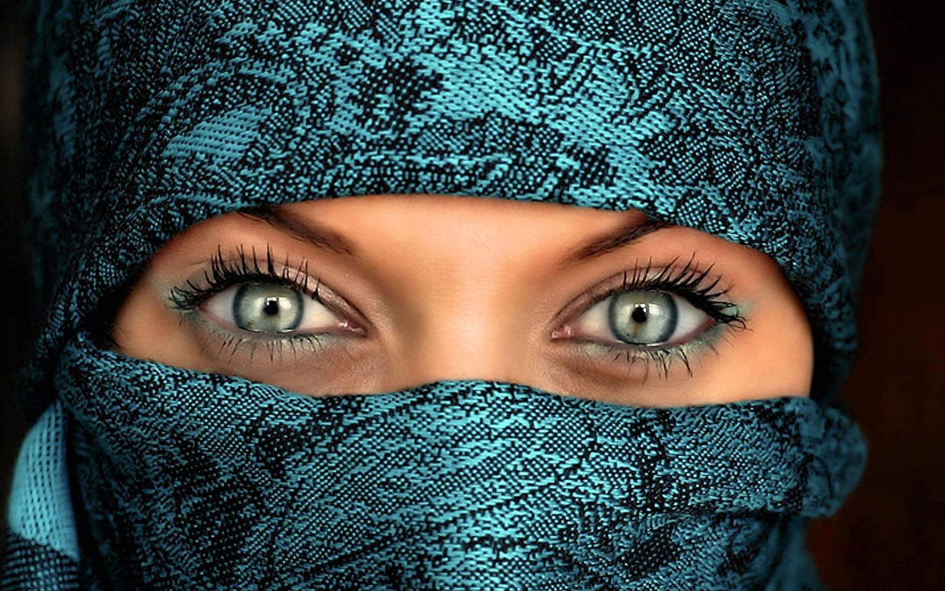 eyes of woman wearing nikab
