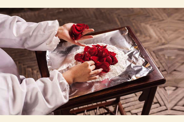 Making Chinese scented powder or edanfen by infusing rose petals