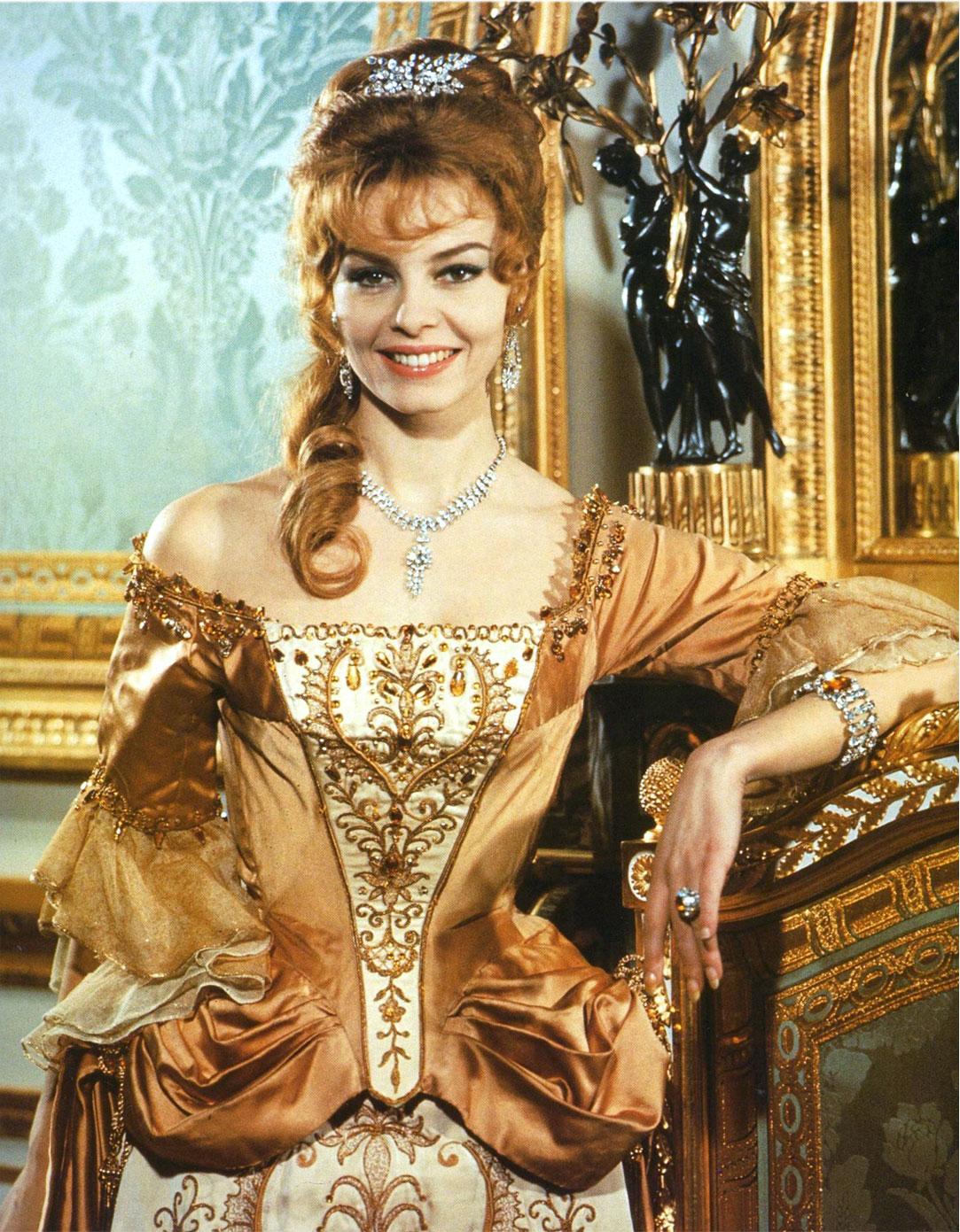 Анжелика золотое платье